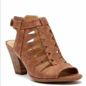 Naturalizer Talan Cutout Stacked Heel wide Sandal